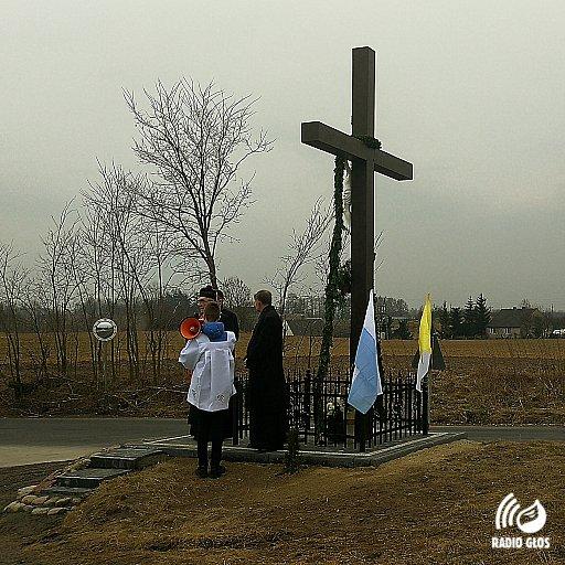 Nowy krzyż przydrożny w Obrowie w parafii Dąbrówka